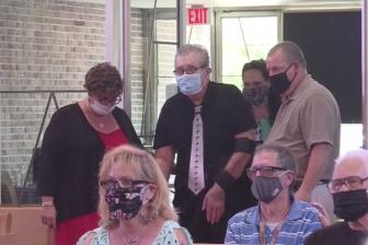 コロナ感染の69歳牧師、100日間の入院へて復帰 再び礼拝で説教