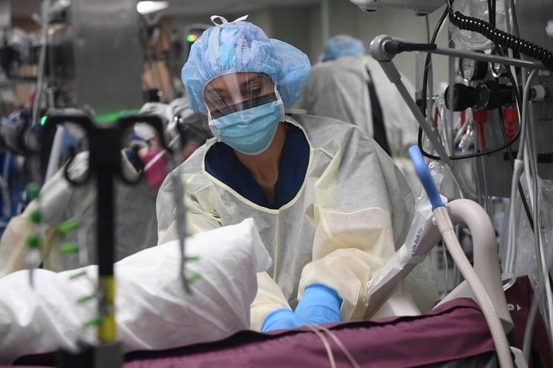 新型コロナウイルスの患者の治療に当たる看護師の女性=4月23日(写真:米海軍 / Sara Eshleman)