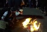 米ポートランド抗議デモ、暴徒が連邦裁判所前で聖書燃やす