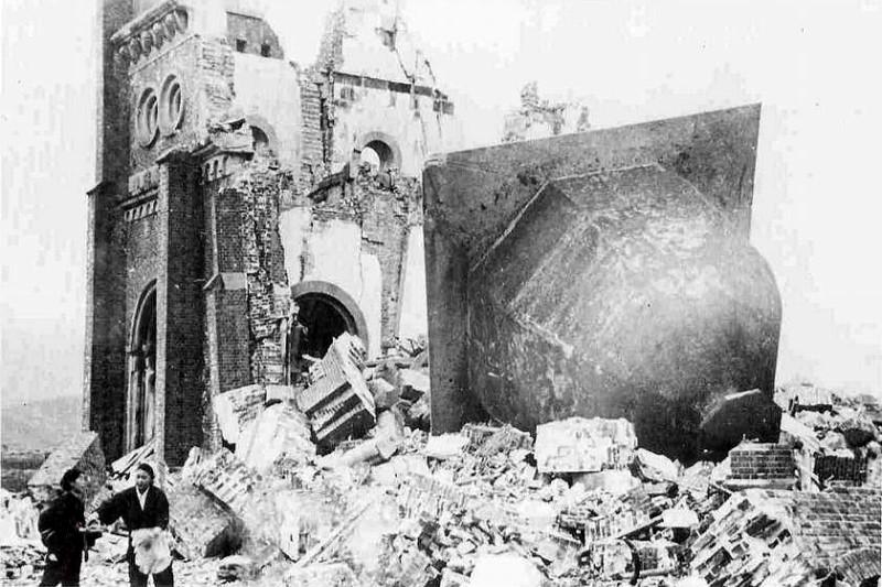 被爆して倒壊した浦上天主堂の鐘=1946年1月7日(写真:相原秀次撮影)