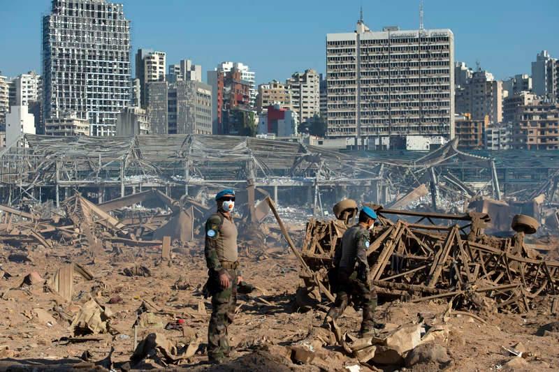 爆発現場の被害調査を行う国連レバノン暫定駐留軍(UNIFIL)の兵士=2020年8月5日(写真:UN Photo/Pasqual Gorriz)