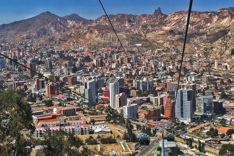 行政・立法府があるボリビアの事実上の首都となっている同国の中心都市ラパスの南部地区=2015年(写真:Russland345)
