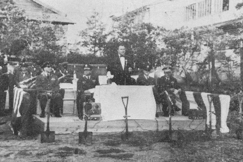 終戦直後から始まった在日米国人関係者の英語礼拝に参加する群れが教会の設立を願って始まった東京バプテスト教会の定礎式=1957年(写真:TIME誌)