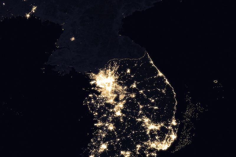 2016年に宇宙から撮影した夜の朝鮮半島。韓国と比較すると、北朝鮮の夜間光が極端に少ないことが分かる。(写真:NASA Earth Observatory)
