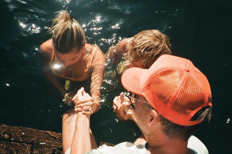 洗礼を受けたヘイリー・ビーバーとジャスティン・ビーバー(写真:ジャスティンのインスタグラムより)