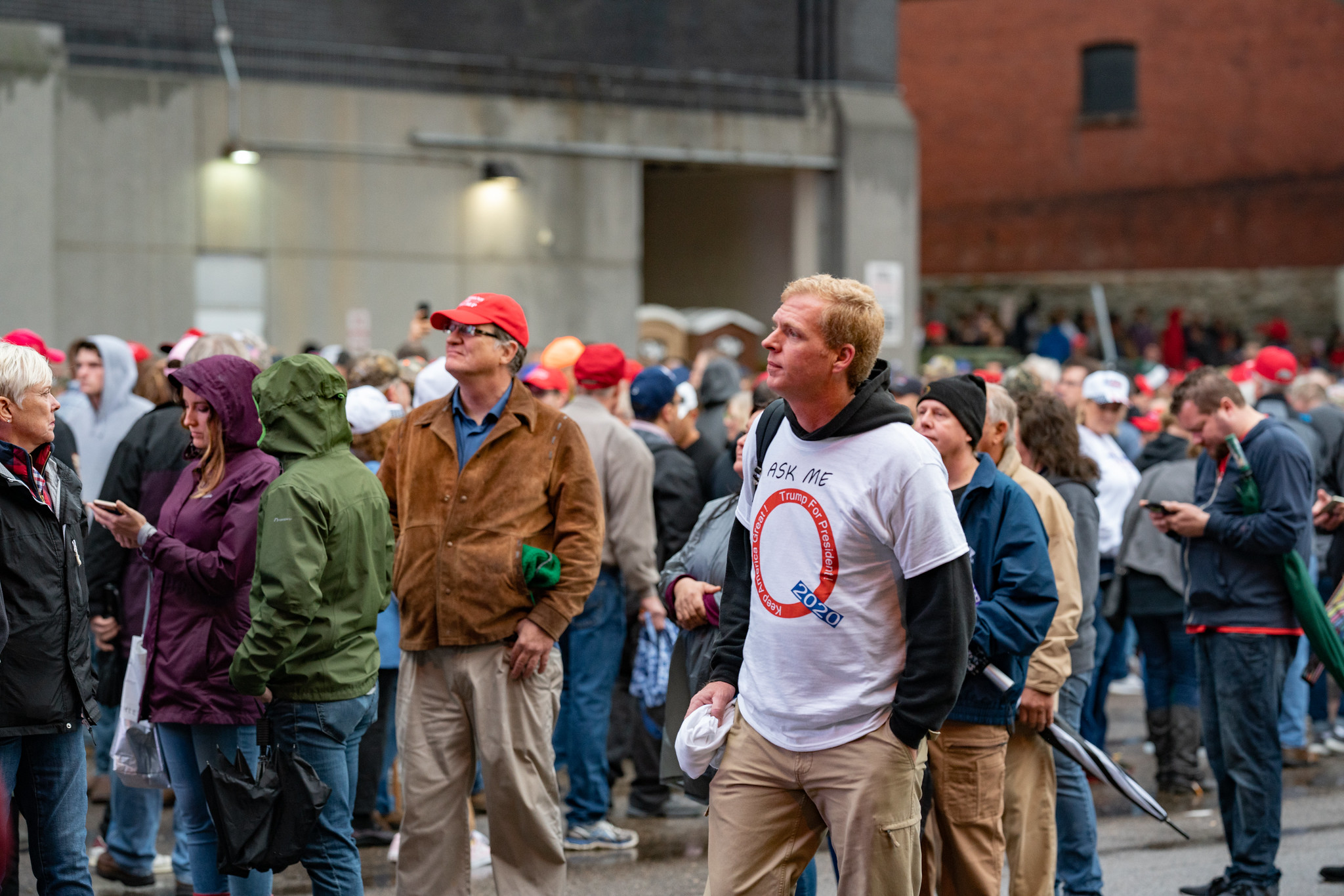 「We are Q」と「QAnon(キューアノン)」の支持者であることを示すシャツを着た男性(手前)(写真:Tony Webster)