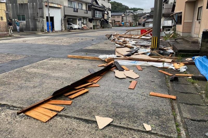 台風10号で建物から剥がれ落ちた板などが散乱する長崎県佐世保市の路上=7日(写真:田山藤丸さん提供)