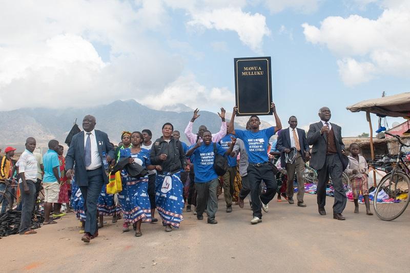 マラウイ・ロムウェ語の聖書を掲げて行進するチリンガ村の人々(写真:マラウイ聖書協会)