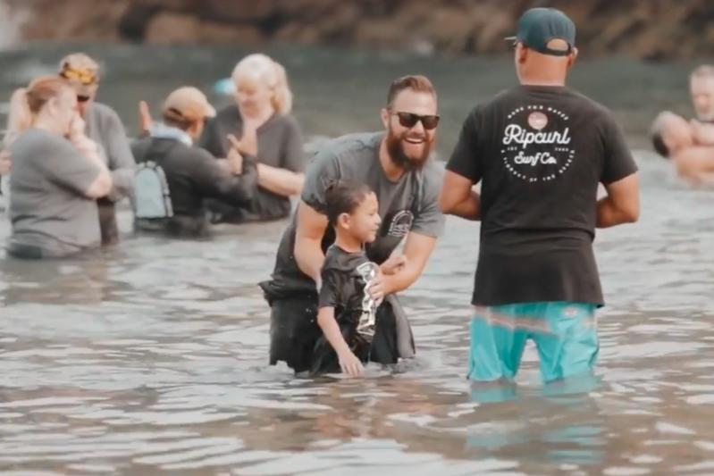 米カリフォルニア州オレンジ郡ニューポートビーチの「コロナデルマー・ステート・ビーチ」で洗礼を受ける人々(写真:チノヒルズ・カルバリーチャペルのインスタグラムの動画より)