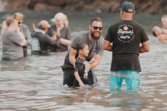 米カリフォルニア州のビーチで約千人が洗礼 「霊的なリバイバル」