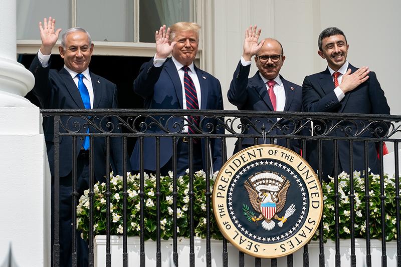 米ホワイトハウスで15日に開かれた国交正常化合意の調印式に出席した(左から)イスラエルのネタニヤフ首相、トランプ大統領、バーレーン、アラブ首長国連邦(UAE)の両外相(写真:ホワイトハウス)