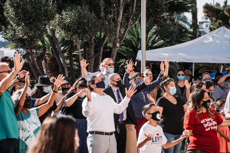 地元の役所で祈る運動「全米信教の自由のために祈る日」に合わせてサンディエゴ郡庁舎前で祈るサウスベイ・ペンテコステ教会の人々=8月12日(写真:サウスベイ・ペンテコステ教会)