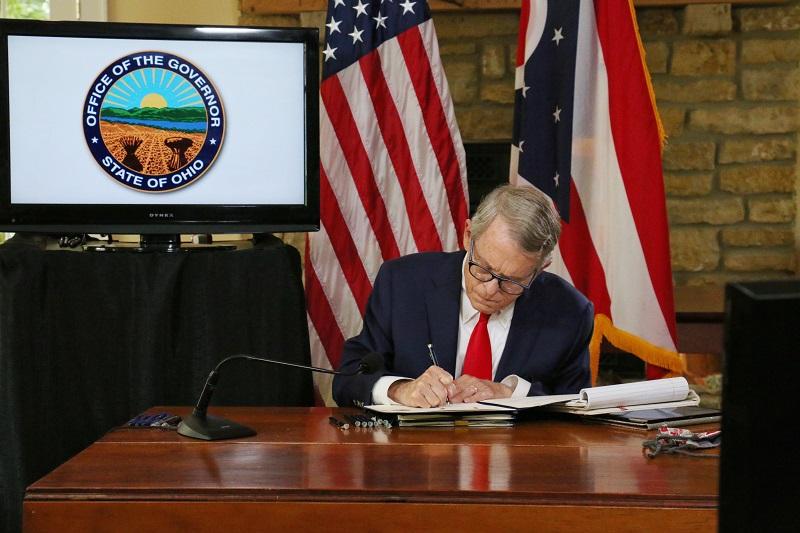 礼拝所閉鎖禁止法に署名するオハイオ州のマイク・デウィン知事=16日(写真:同州知事公式サイトより)