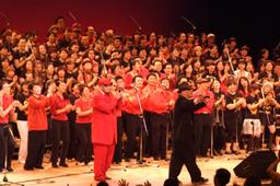 最後には出演者全員とワークショップ参加者による「JGF Workshop Choir」がフィナーレを飾った=6日、新宿文化センターで