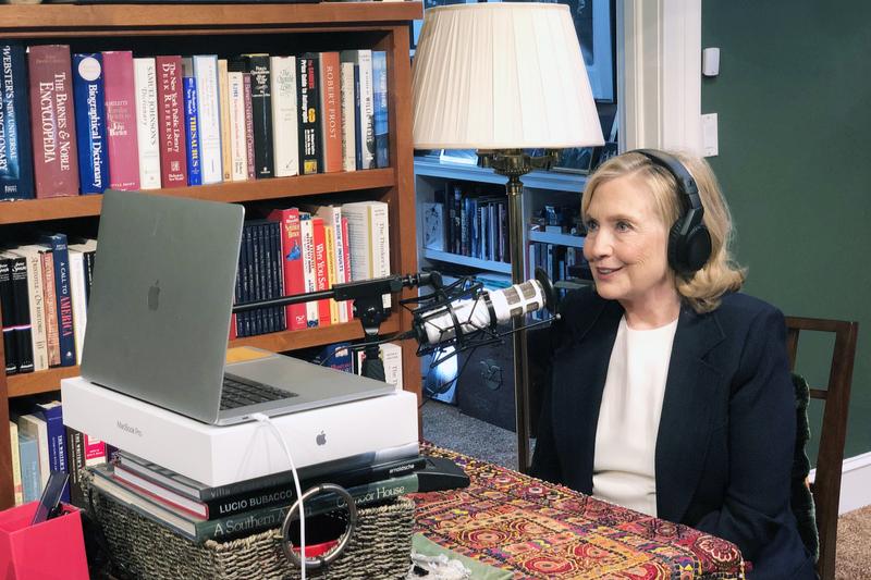 書斎でポッドキャストの収録をするヒラリー・クリントン氏(写真:クリントン氏のツイッターより)