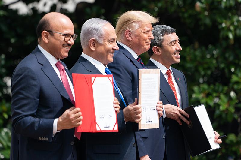 米ホワイトハウスで9月15日に開かれた国交正常化合意の調印式に出席したイスラエルのネタニヤフ首相、トランプ大統領、バーレーン、アラブ首長国連邦(UAE)の両外相(写真:ホワイトハウス)