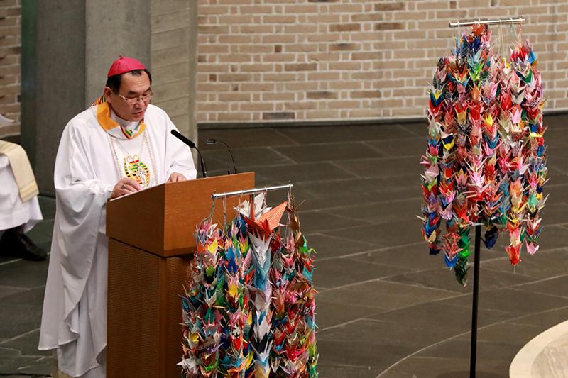 「受刑者とともに捧げるミサ」で説教する菊地功大司教=17日、カトリック麹町教会(聖イグナチオ教会、東京都千代田区)で