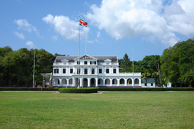 スリナムの大統領宮廷(写真:Ian Mackenzie)