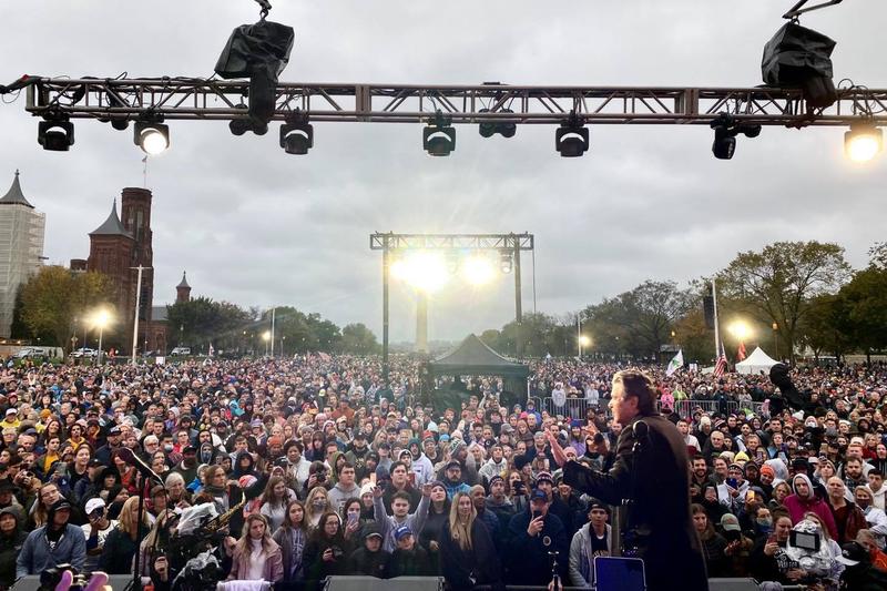 「Let Us Worship」を主宰する伝道者でアーティストのショーン・フォイヒト氏によると、この日のイベントには3万5千人以上が参加した。(写真:同氏のフェイスブックより)