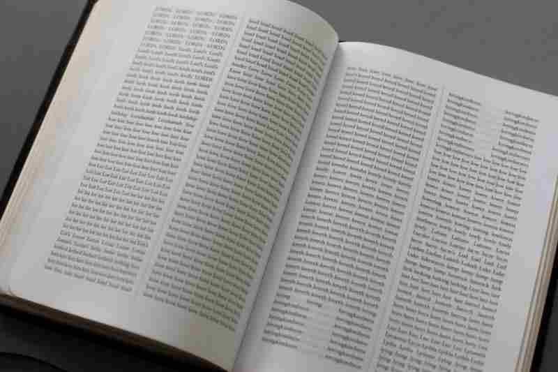 格調の高さで知られる英語訳聖書「欽定訳聖書」(KJV)内の全単語をアルファベット順に並べ替えた「バイブル・ザ」(写真:サイドライン・コレクティブ)