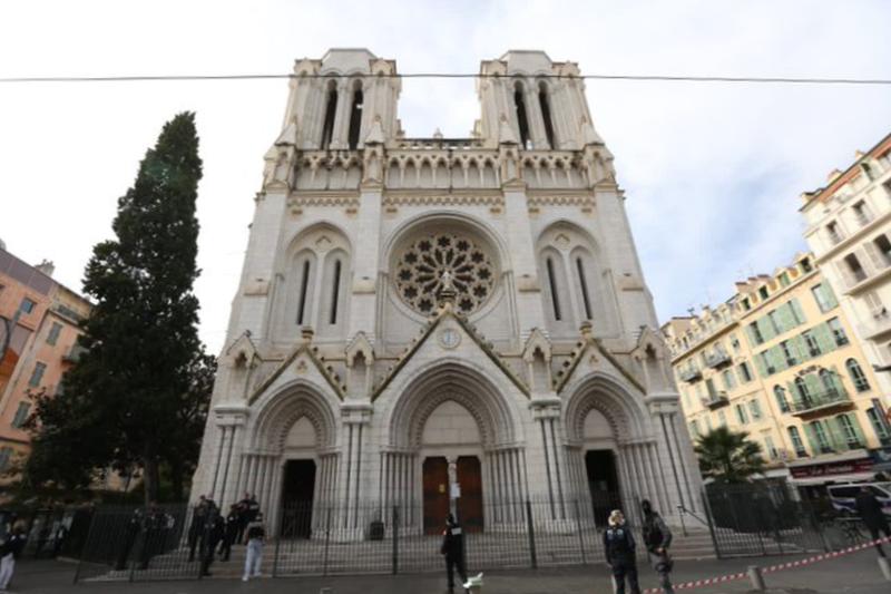 襲撃を受けたフランス南部ニースのノートルダム大聖堂=29日(写真:ニースのクリスチャン・エストロジ市長のツイッターより)