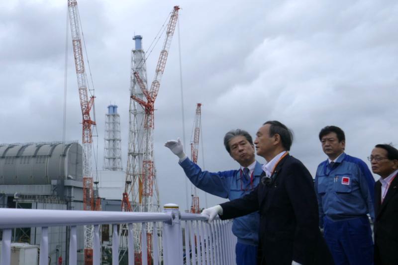 福島第1原子力発電所を視察する菅義偉首相(左から2人目)=9月26日(写真:東京電力ホールディングス)