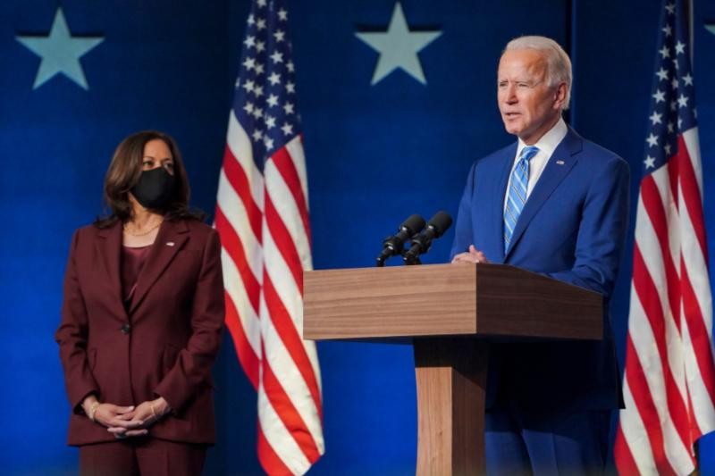民主党の副大統領候補であるカマラ・ハリス上院議員と共に会見するジョー・バイデン前副大統領=6日(写真:バイデン氏のフェイスブックより)