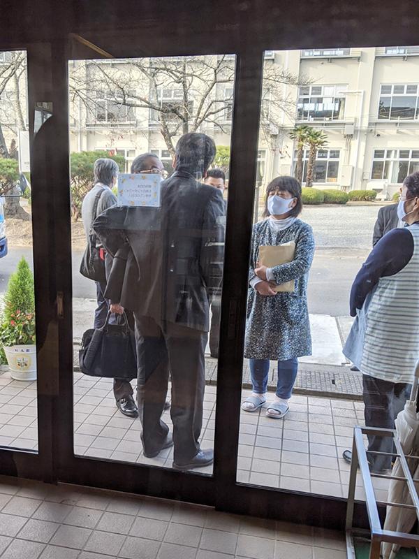 ハラスメントを理由に元園長牧師の瀧澤雅洋氏に17人分の退職届を提出する職員(写真:涌谷保育園労働組合提供)