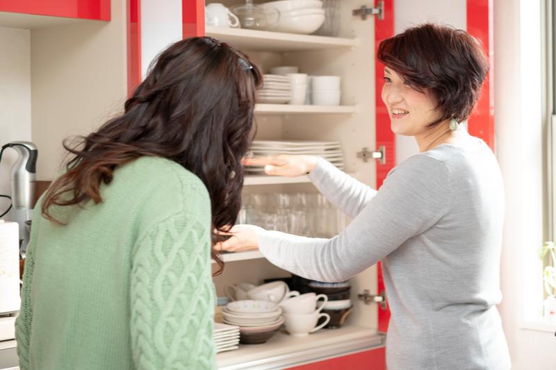自宅キッチンで整理整頓のアドバイスをする岩城美穂さん