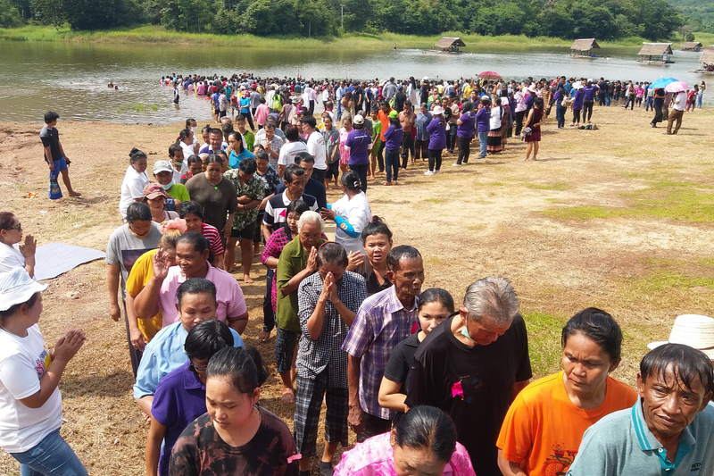 タイ中部ペッチャブーン県チョンデーン郡の貯水池で行われた洗礼式で洗礼を受けた人々(写真:米宣教団体「リーチ・ア・ビレッジ」のツイッターより)