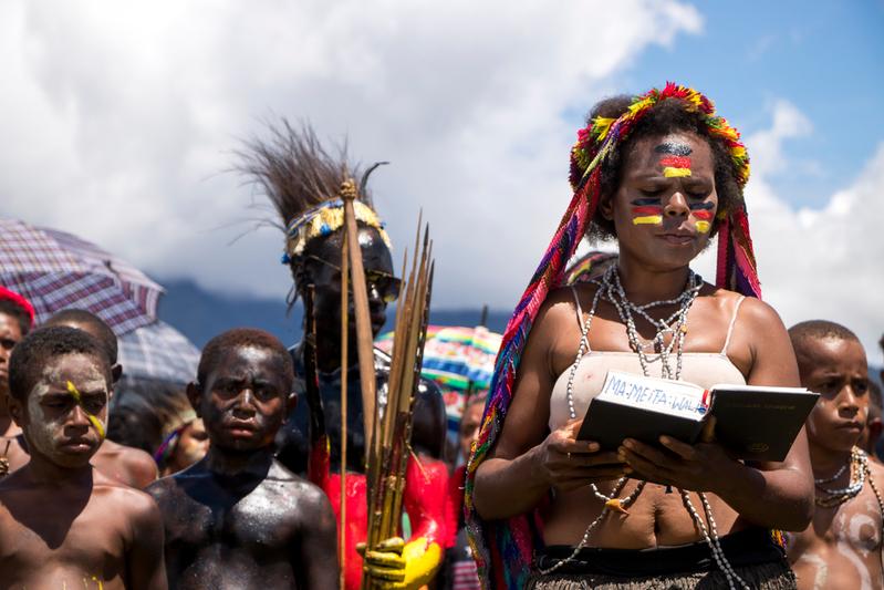 現地語に翻訳された聖書を朗読するヤリ族の女性(写真:MAF)