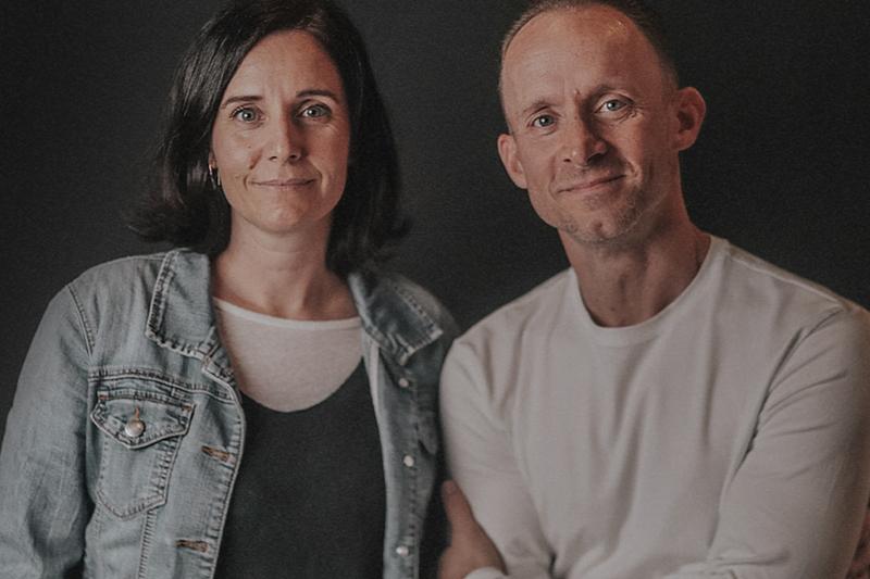 来年2月で辞任することを発表した米ベテル教会のエリック・ジョンソン主任牧師(右)と妻のキャンディス・ジョンソン主任牧師(写真:同教会のホームページより)