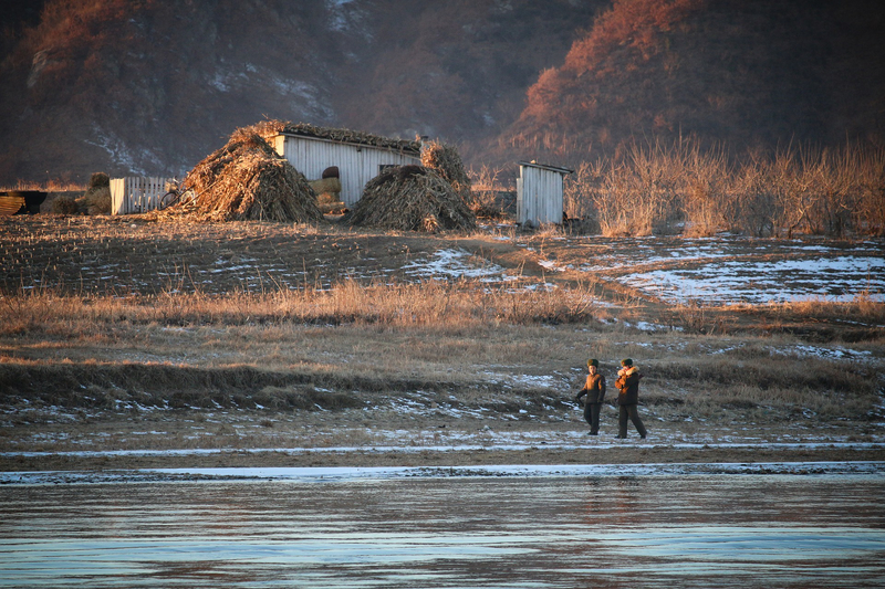 河川沿いを警備する北朝鮮兵=2016年12月29日(写真:StillWZ)