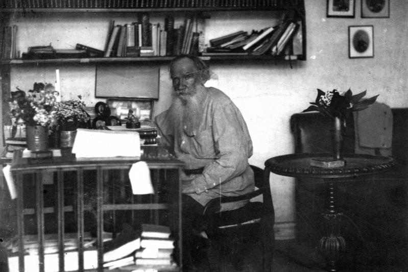 80歳の頃のトルストイ=1908年、自身の書斎で(写真:米国議会図書館所蔵)