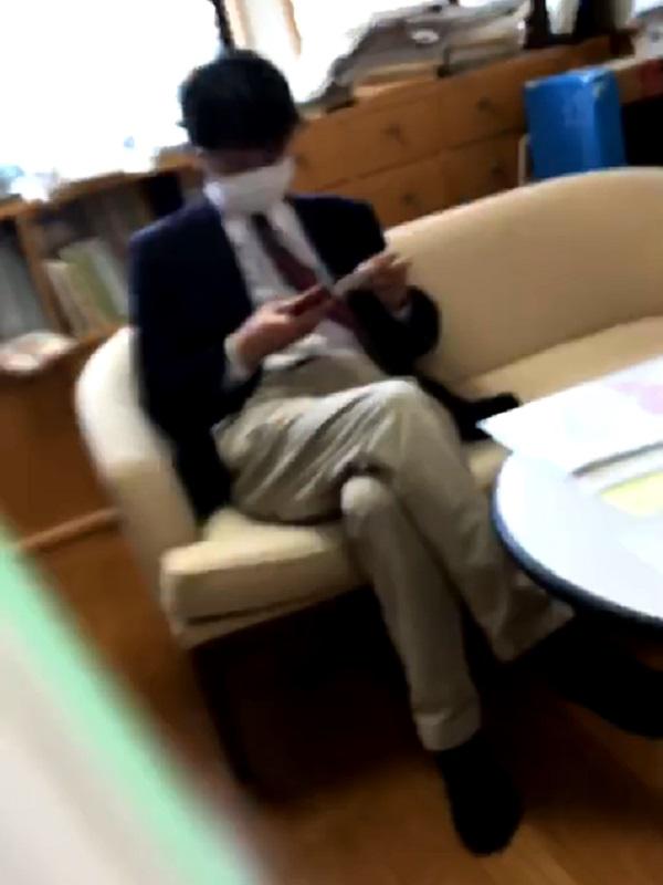 保育士数が基準に満たない状況について職員から相談を受ける瀧澤氏(写真:涌谷保育園労働組合提供)