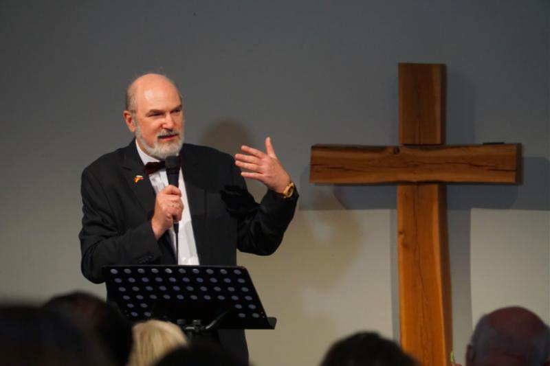 ドイツ・フランクフルトで開催された人身取引をテーマにしたイベントで「宣教の自由」と題して語るトーマス・シルマッハー氏(写真:Martin Warnecke)