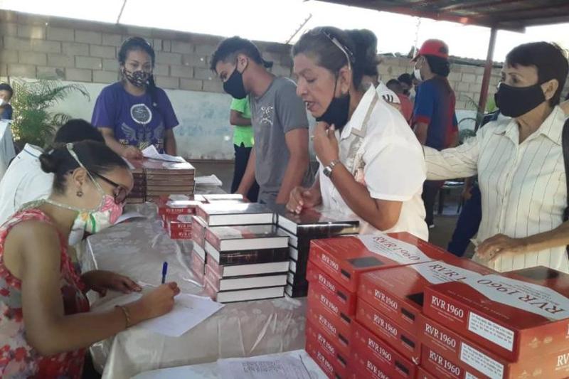 米ライフウェイ・クリスチャン・リソーシーズから寄贈された約3万冊の聖書は、現地の約2200教会を通じて配布された。(写真:ライフウェイ社)