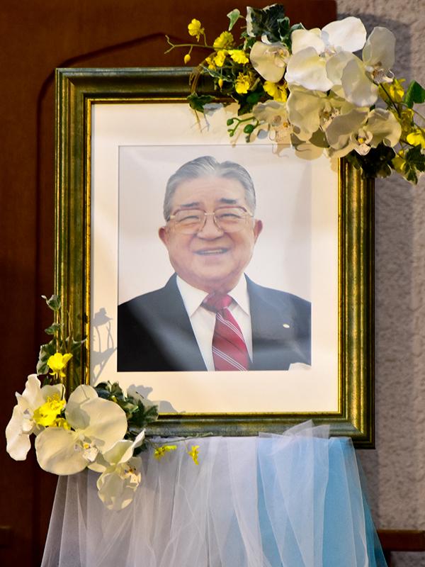 講壇に飾られた堀内顯(あきら)氏の写真=13日、大阪府八尾市のグレース大聖堂で