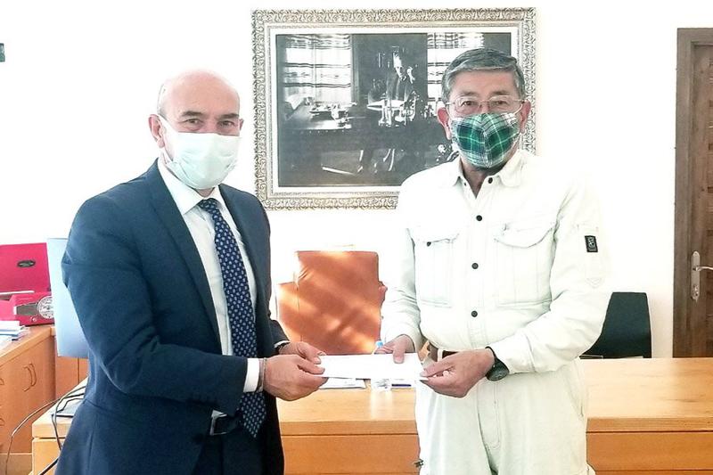 トルコ西部イズミルのトゥンチ・ソイヤー市長(左)を表敬訪問した筆者=2020年11月24日