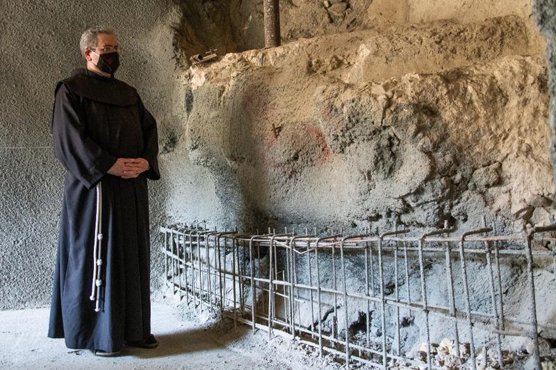 発見された古代の儀式用沐浴槽を見るフランシスコ会聖地信託事業のフランシスコ・パットン神父(写真:イスラエル考古学庁 / Yoli Schwartz)