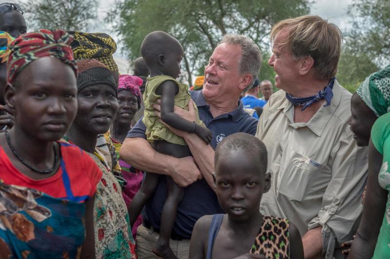 世界食糧計画(WFP)のデイビッド・ビーズリー事務局長(中央)=2019年7月23日、南スーダンで(写真:WFP / Giulio d'Adamo)
