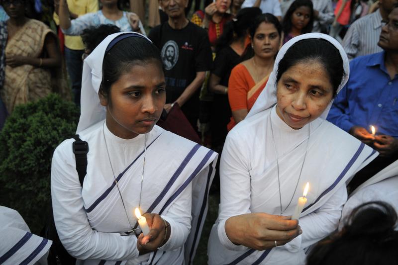 インド東部コルカタで発生したカトリック修道女強姦(ごうかん)事件に火をともしたろうそくを持って抗議するカトリック修道女ら=2015年3月16日(写真:Arindambanerjee / Shutterstock.com)