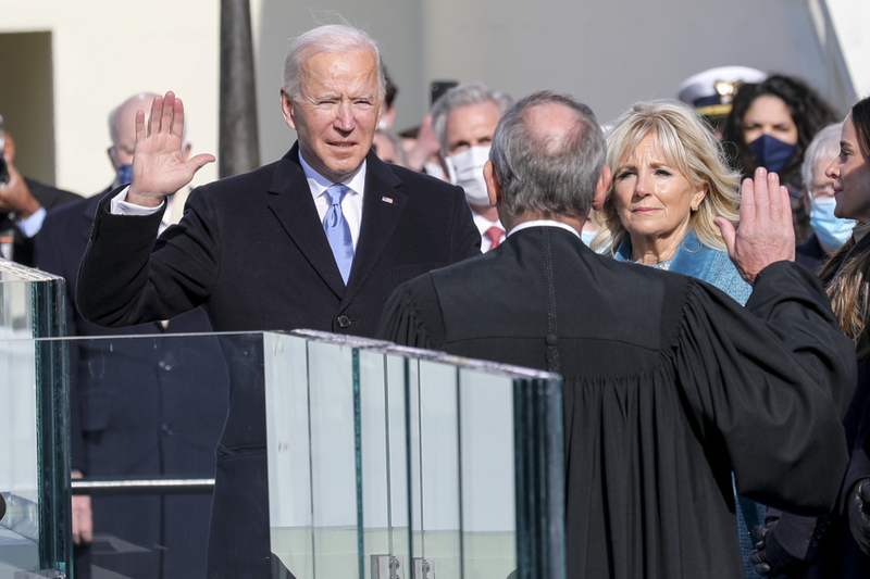 大統領就任式で宣誓するジョー・バイデン氏=20日(写真:米国防総省画像配信システム=DVIDS)<br />