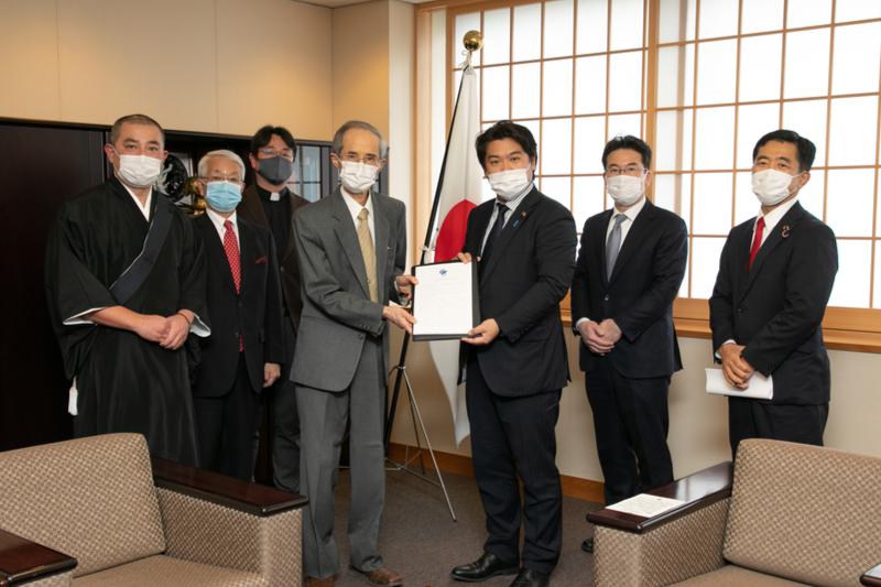 核兵器は「存在自体が絶対悪」 日本の宗教者が核禁条約発効で声明、鷲尾副外相と面談