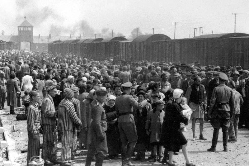 アウシュビッツ第2強制収容所前の降車場で「選別」されるハンガリー系ユダヤ人たち=1944年5月ごろ(写真:アウシュビッツ・アルバム)<br />
