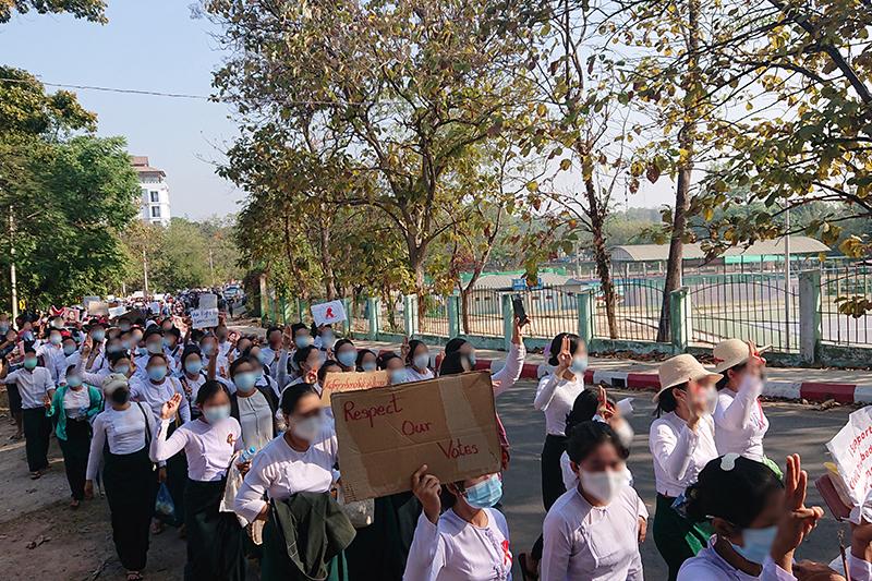 ミャンマー東部カイン州で、国軍によるクーデターに抗議する市民=9日(写真:Ninjastrikers)