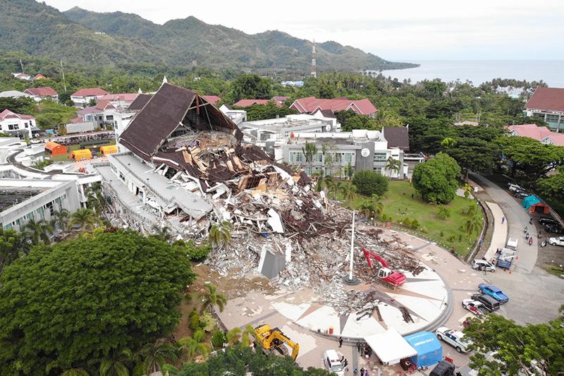 西スラウェシ州の州都マムジュで倒壊した州政府施設=1月18日(写真:インドネシア国家防災庁)