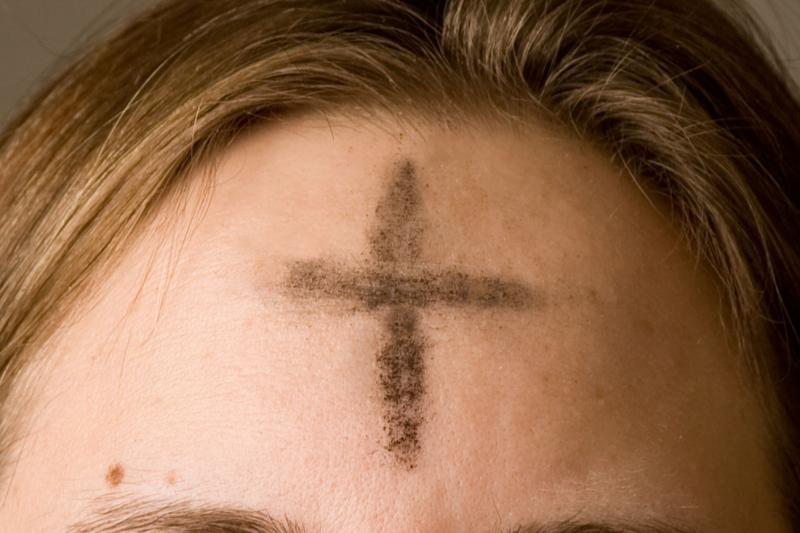 「レント(四旬節)」の初日である「灰の水曜日」には、灰で額に十字の印を付ける伝統がある。(写真:Oxh973)