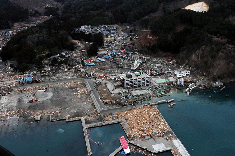 マグニチュード9・0の地震とそれに伴う津波で甚大な被害を受けた岩手県大槌町=2011年3月15日(写真:米海軍)