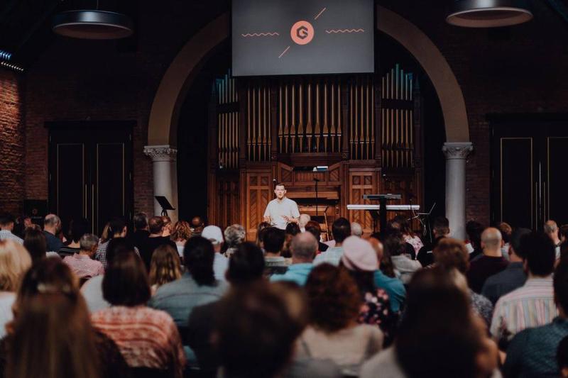 米テネシー州ナッシュビルにあるグレースポイント教会で説教するジョシュ・スコット主任牧師(写真:同教会のフェイスブックより)